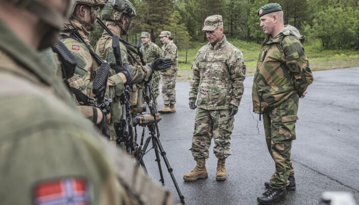 Cavoli tok seg god tid til å snakke med norske vernepliktige soldater. Ved siden av ham står bataljonssjef Ronny Bratli, som leder den nylig opprettede Porsanger bataljon.