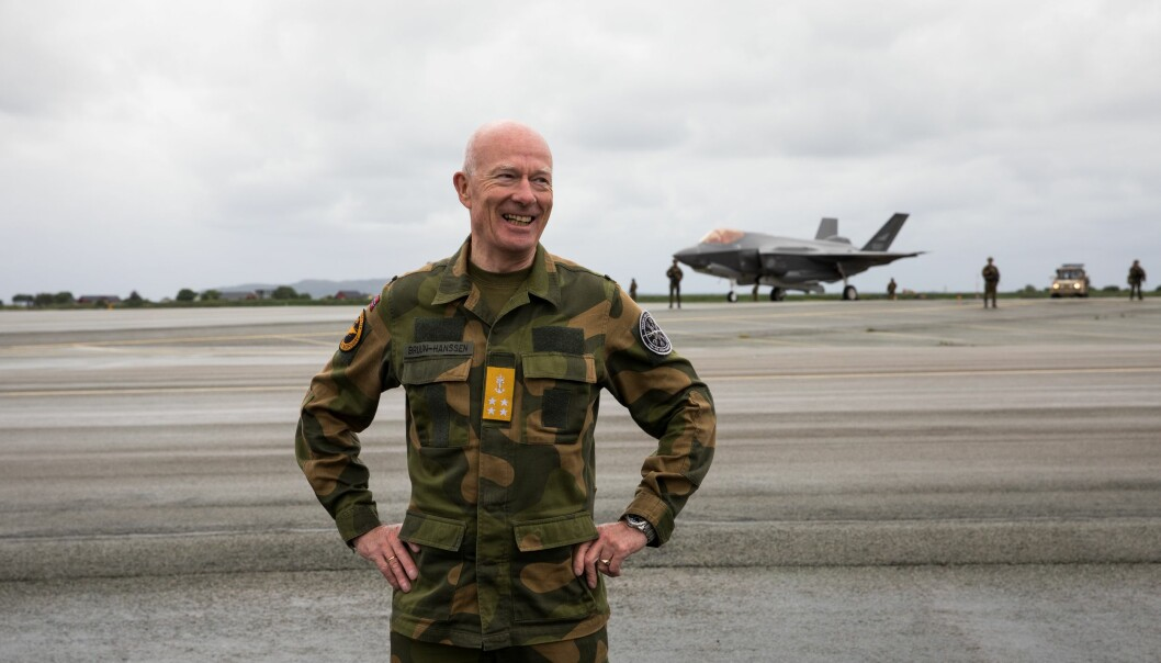 Forsvarssjef Haakon Bruun-Hanssen er blitt tildelt den tyske fortjenstordnen «Großes Verdienstkreuz mit Stern». Her ser vi forsvarssjefen under et besøk på Ørland flystasjon.