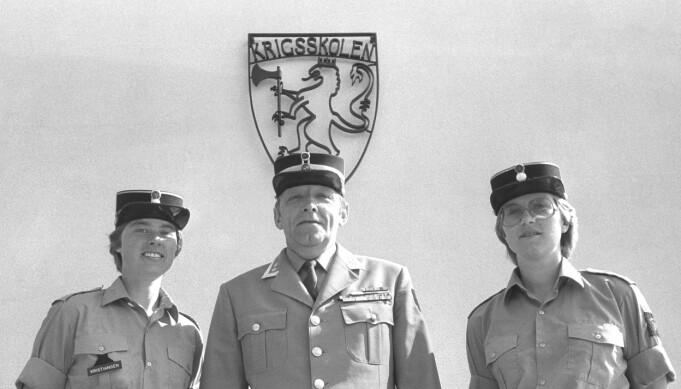 Oslo, juni 1982: For første gang i Krigsskolens 232 år lange historie blir det det året uteksaminert kvinnelige løytnanter. Her er krigsskolesjef Arne Pran med Vigdis Fjeldstad (t.h.) og Grete Kristiansen.