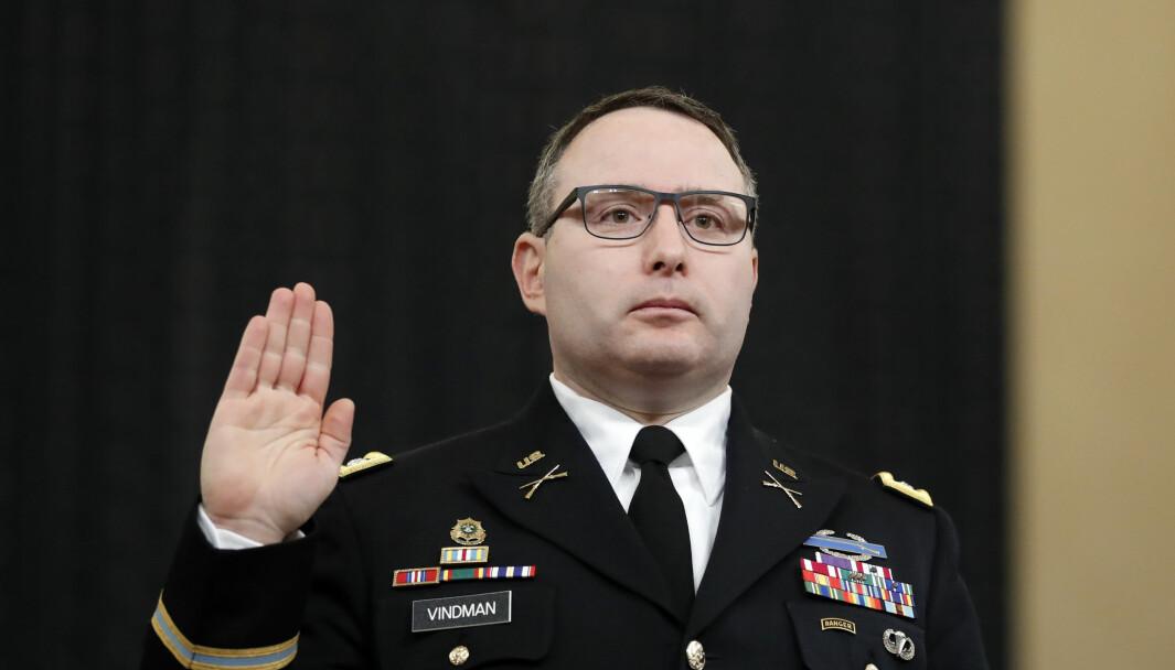 Oberstløytnant Alexander Vindman tas i ed under riksrettssaken mot president Donald Trump. Nå forlater han hæren som følge av Trumps mobbing.