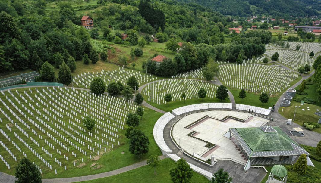 Gravsteinene er mange utenfor minnestedet i Potocari, nær Srebrenica. Nå er det 25 år siden over 8.000 bosniske muslimer ble brutalt slaktet ned av bosnisk-serbiske styrker.