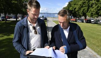 Kai Jellum og forsvarsminister Frank Bakke-Jensen, studerer plantegningene til monumentet.