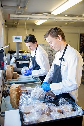 Vernepliktige ble satt i tjeneste på kjøkkenet for å pakke niste til resten av leir på Ørland flystasjon i slutten av mars.