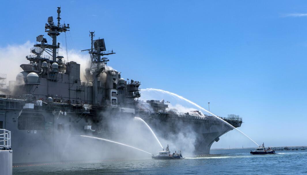 Politibåter jobber med brannslukking i San Diego havn.