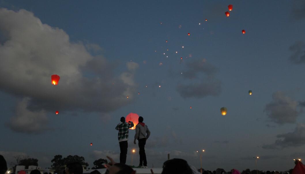 Folk slapp lanterner opp i luften over Benhazi i Libya i 2013 i markeringen av toårsdagen for opprøret som styrtet diktator Moammar Gadhafi. Nå, sju år senere, er det fortsatt ikke utsikter til en rask løsning for at nasjonal styring kan gjenopprettes.