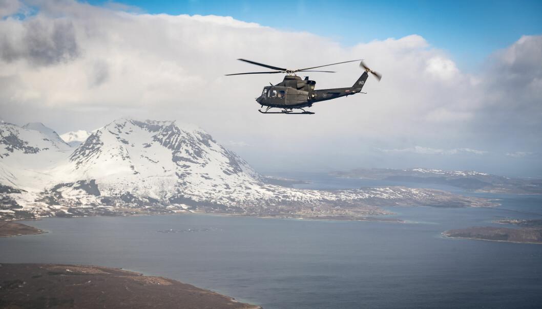 Forsvarets Bell 412-helikopter. Her avbildet på tur over Nordland.