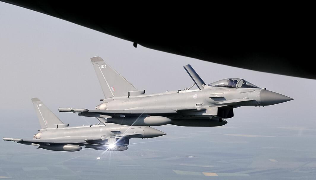 To Typhoon-kampfly fra Storbritannias Royal Air Force avbildet over Romania i 2018.