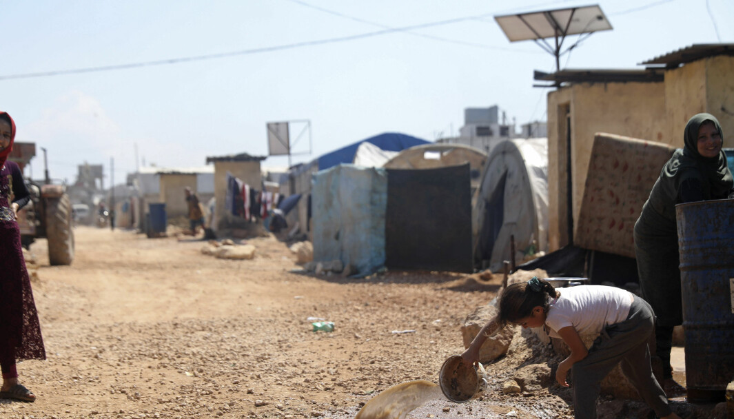 Dette illustrasjonsfotoet viser barn og kvinner i en flyktningleir på grensen mellom Syria og Tyrkia i april i 2020
