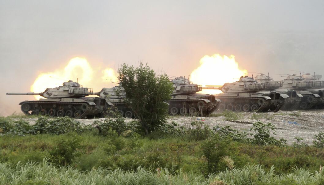 M60A3 Patton kampvogner står i linje og skyter skarpt under den store militærøvelsen.
