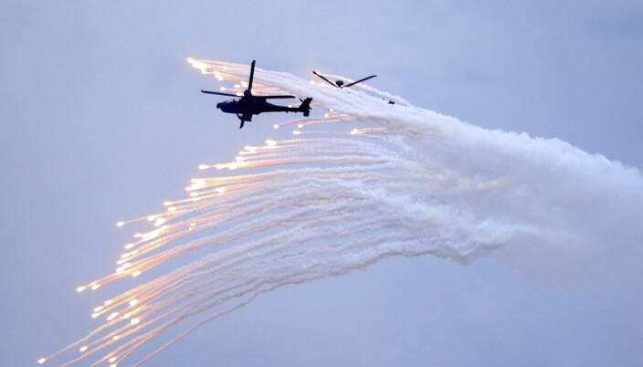 Et Apache-helikopter under øvelsen torsdag.