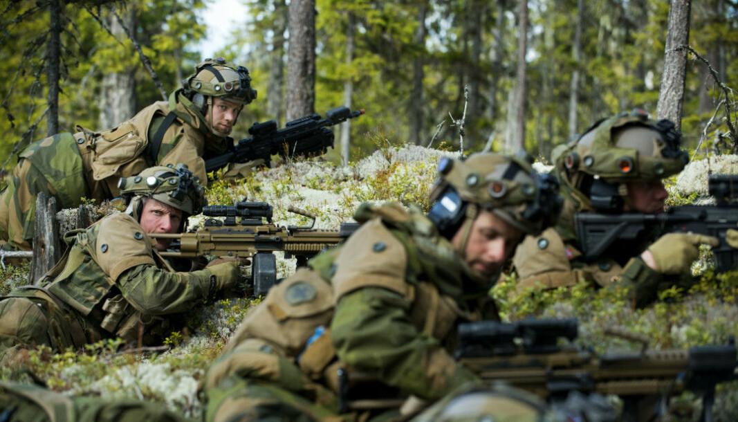 Stig Klovholt (i midten til venstre) ønsket seg en horisontal karriere i Forsvaret.