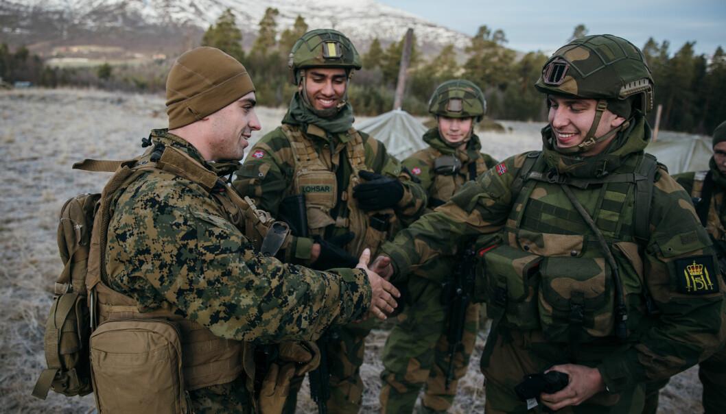 Soldater fra USMC og Hans Majestet Kongens Garde slår av en prat under øvelse Trident Juncture i 2018.