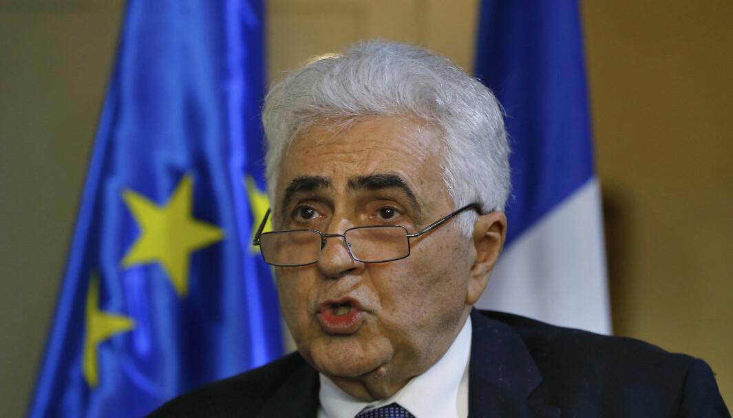 Libanons utenriksminister Nassif Hitti søkte mandag avskjed, og blir med dette den første ministeren til å gå av i protest under landets økonomiske krise.