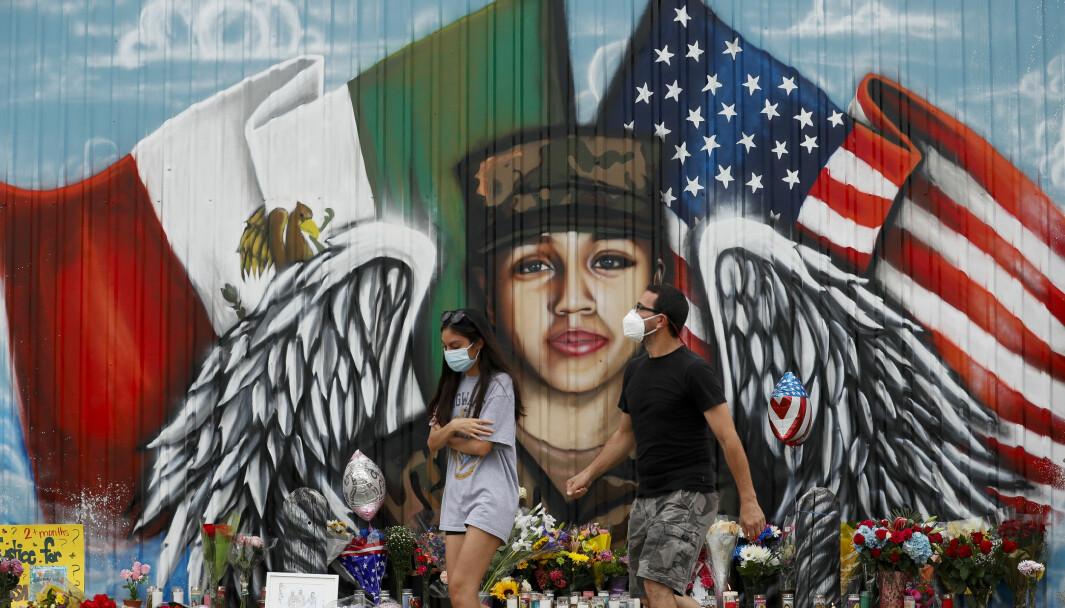 Folk legger ned blomster i Houston for å hylle soldaten Vanessa Guillén, som ble funnet drept 30 juni.