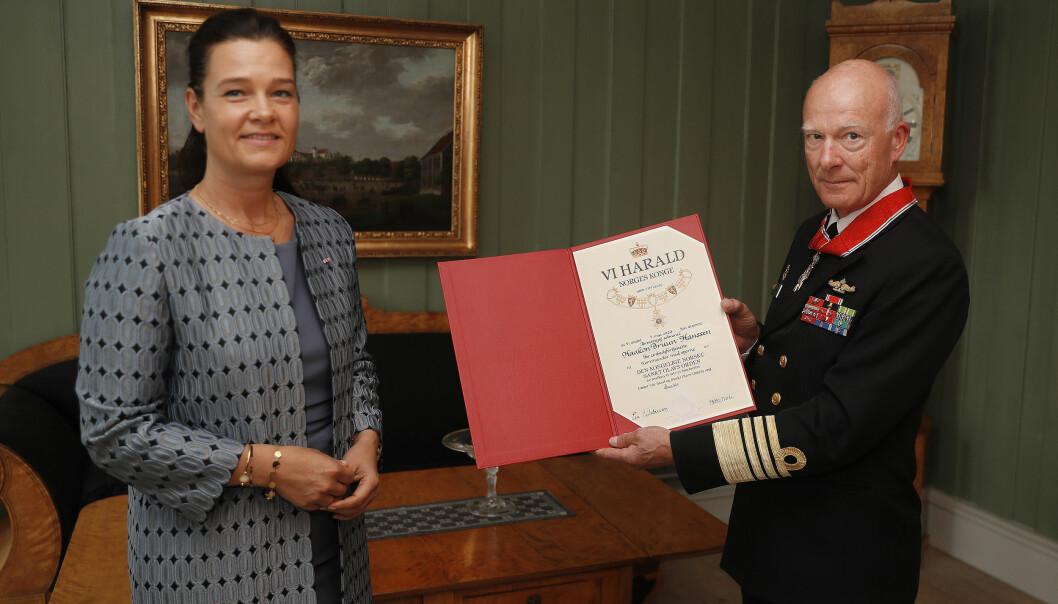 Kansellisjef Mette Tverli delte ut dekorasjonen til forsvarssjef Haakon Bruun-Hanssen på vegne av Hans Majestet Kongen.
