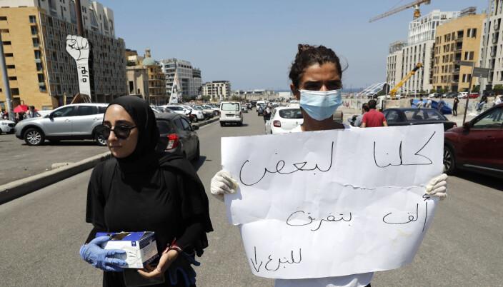 Dagen etter eksplosjonen forsøker folk i gatene å samle donasjoner til dem som har mistet husene sine.