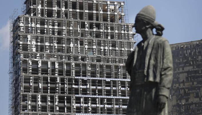 En statue foran en av bygningene i havneområdet, som ble skadet under eksplosjonen tirsdag.