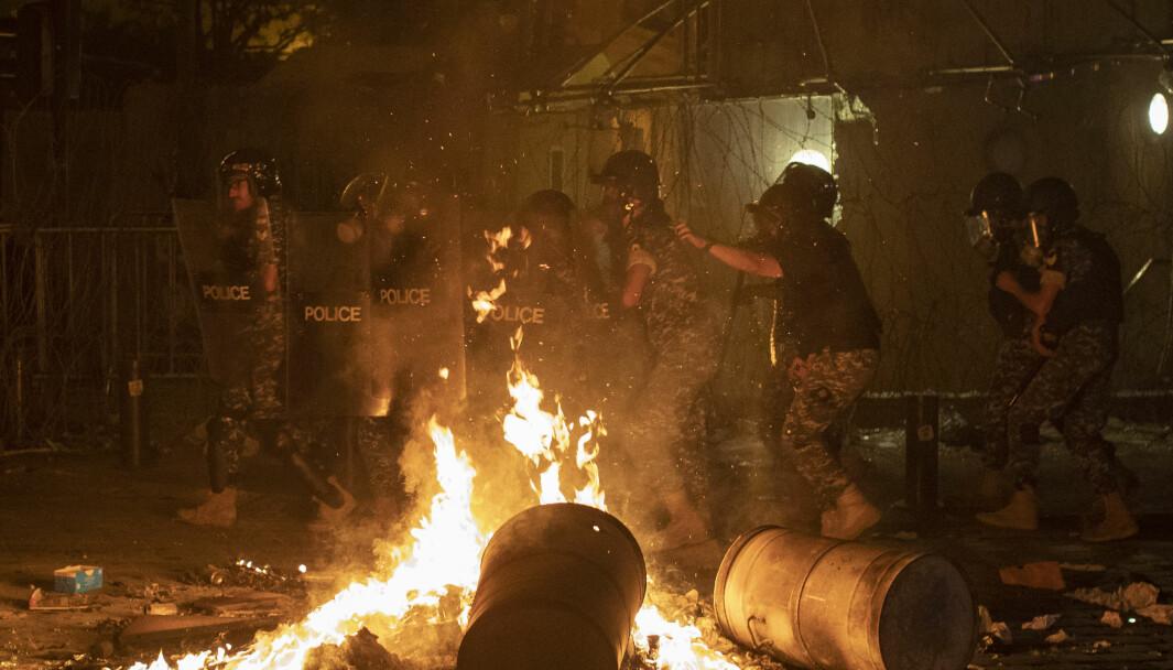Opprørspoliti slår ned på demonstrasjoner mot den politiske eliten torsdag kveld, få dager etter eksplosjonen i Beirut.