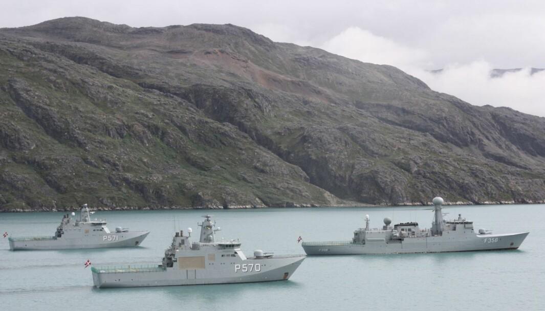Inspeksjonskipet Triton og de to inspeksjonsfartøyene Knud Rasmussen og Ejnar Mikkelsen gjennomfører en planlagt formasjonseilas i Arsuk-fjorden ved Grønland.