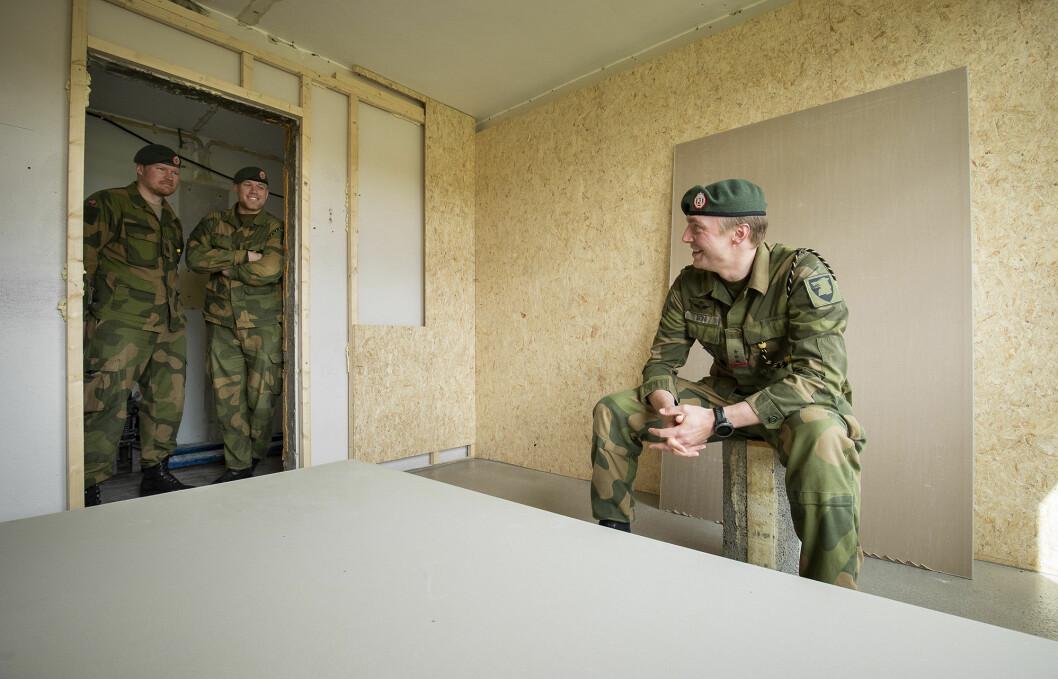 – KOM INN: Kaptein Marius Berg på det som skal bli hans nye kontor. Det er ennå noen dager før han kan si «kom inn», til kompanisersjant Marius Henriksen og nestkommanderende Aleksander Skagestad.