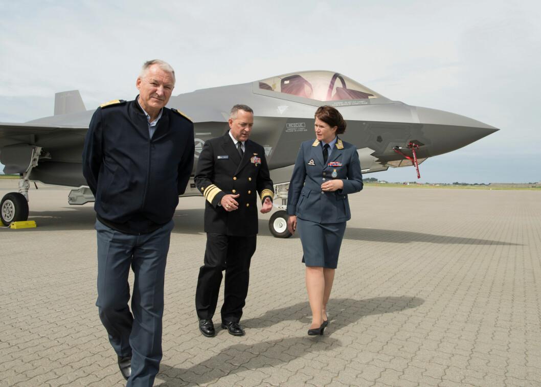 Den amerikanske F-35-sjefen Mathias Winter besøkte Ørland sammen med generalmajor Morten Klever og generalmajor Tonje Skinnarland. Foto: Helge Hopen.