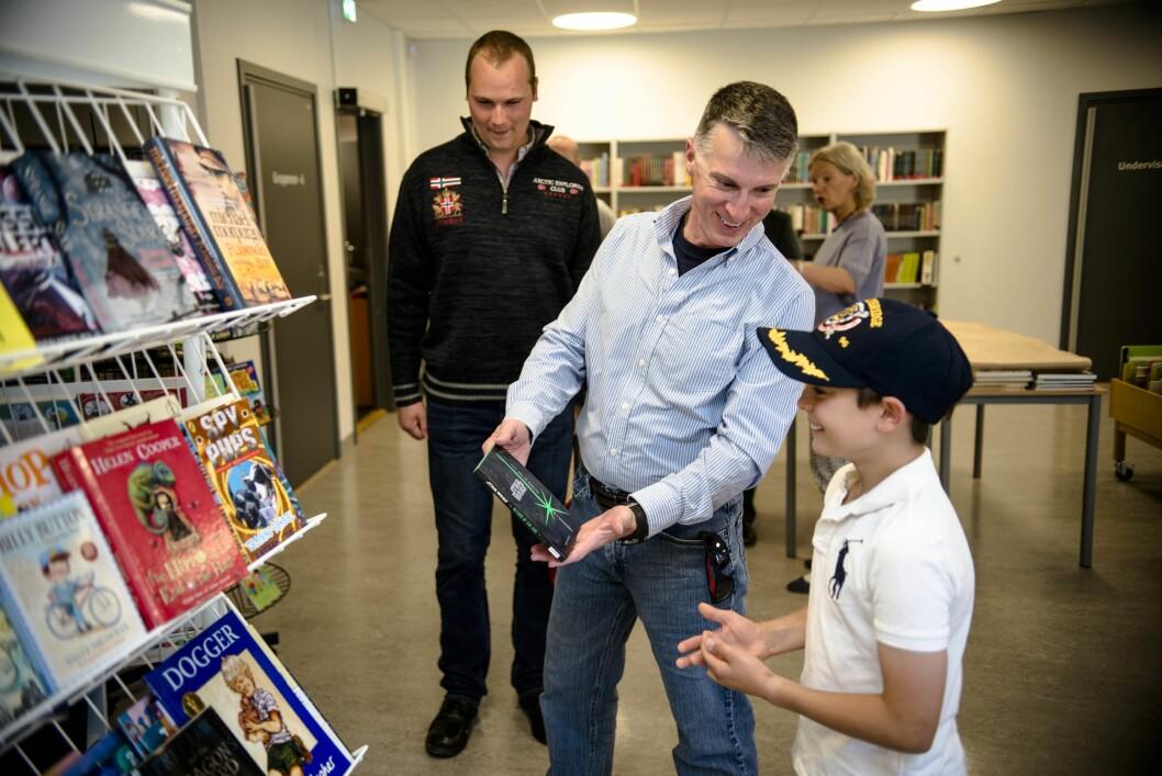 Stjernekrig: Skipsprest om bord USS Bainbridge David Hicks, viser fram en av bokgavene til Sebastian (12) ved Grindbakken skole.