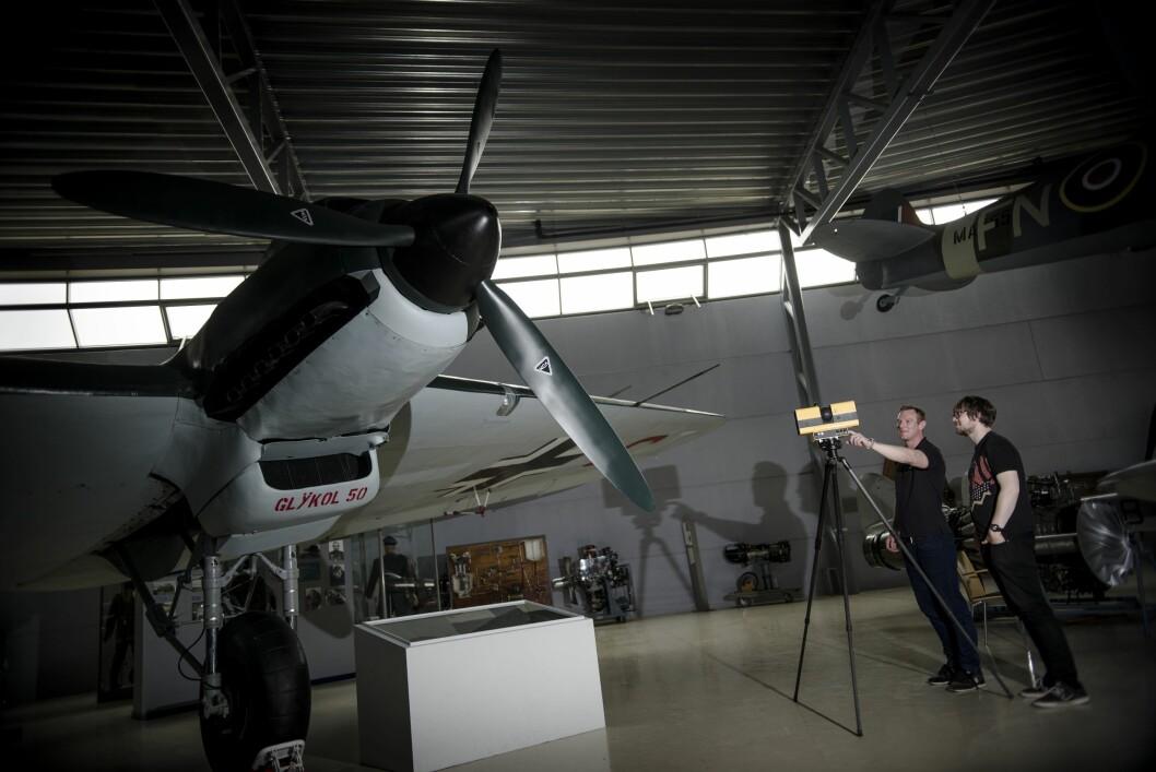 Attgiving: Ein lasamålar gir ei presis attgiving av eit tysk bombefly. Henry Bennett (t.v) og Simon Owen, seier det går mykje snøggare.