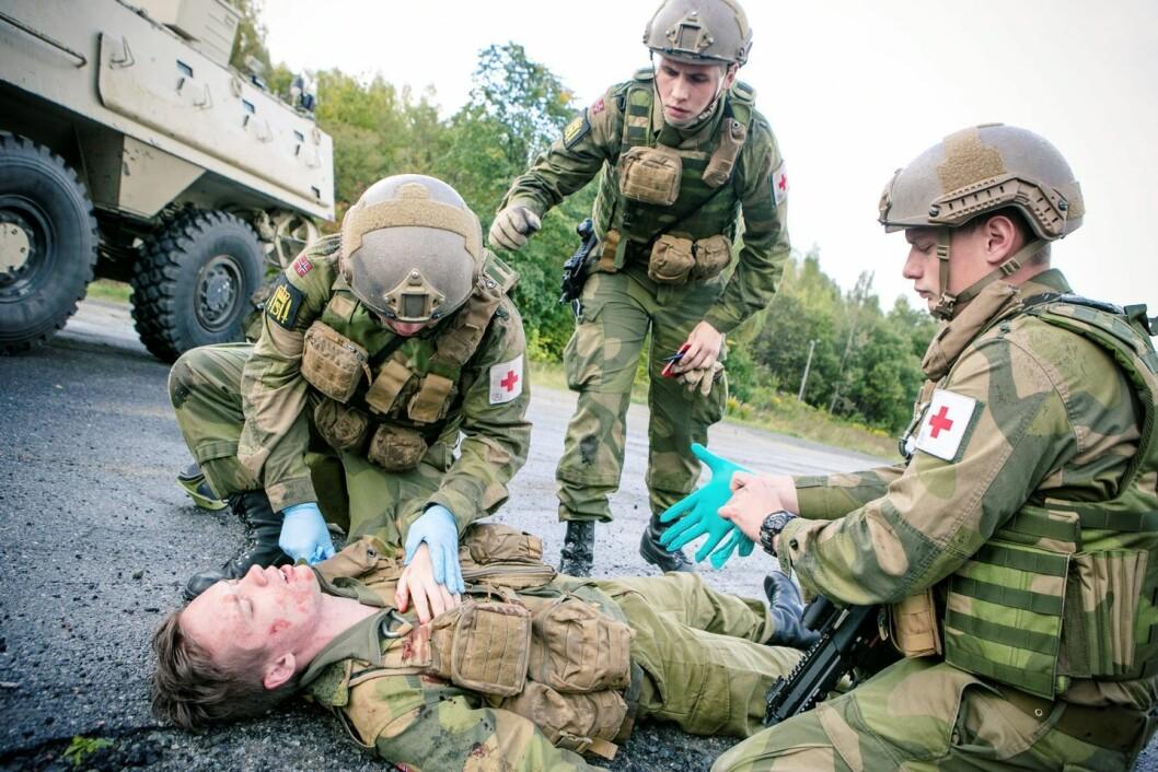 FØRSTEHJELP: Visekorporal Vegard Nilsson (i midten bak) under trening med sanitetstroppen.  (Foto:  Audun Braastad Garden)