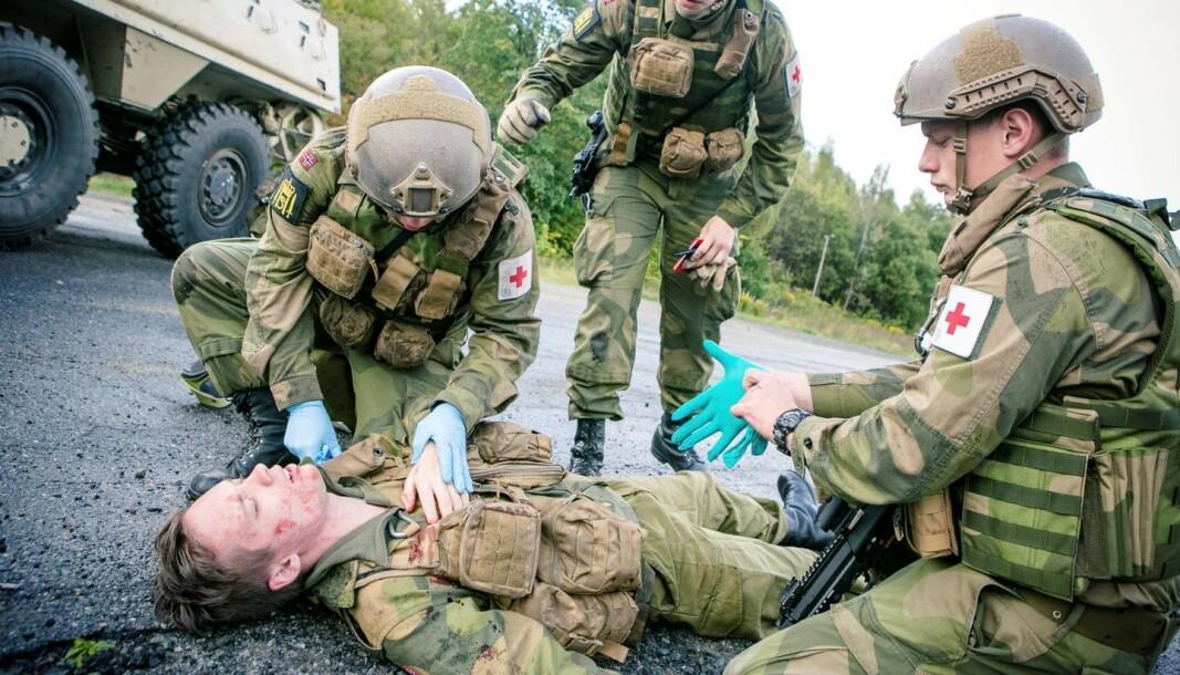 FØRSTEHJELP: Soldater trener mye på livreddende førstehjelp.