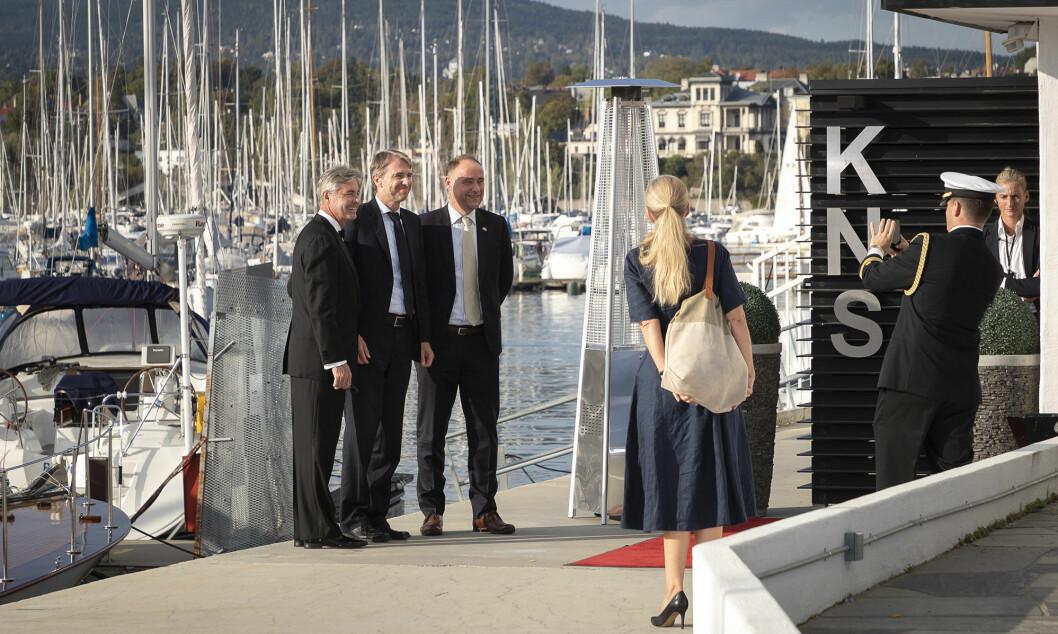 Tre av ambassadørene ankommer Dronningen, fra venstre: Kenneth J. Braithwaite, USA, Jarl Frijs-Madsen, Danmark og Richard Wood, England.