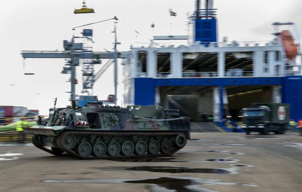 LANDGANG: Skipet «Ark Germania» har med seg 230 kjøretøy. Totalt skal cirka 8000 kjøretøy fraktes til Norge.