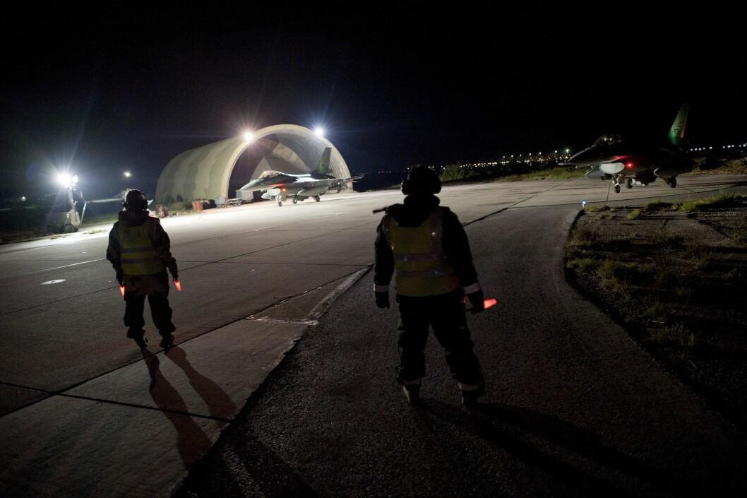 KRETA: Norsk bakkepersonell på Kreta venter på å gi klarsignal for norske F-16 som er på vei til oppdrag over Libya i 2011.