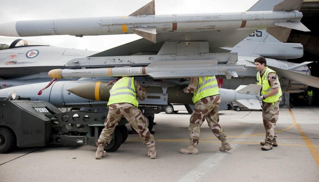 Her monteres en såkalt «Bunker Buster», en bombe på ett tonn. Norge slapp totalt 588 bomber over Libya.