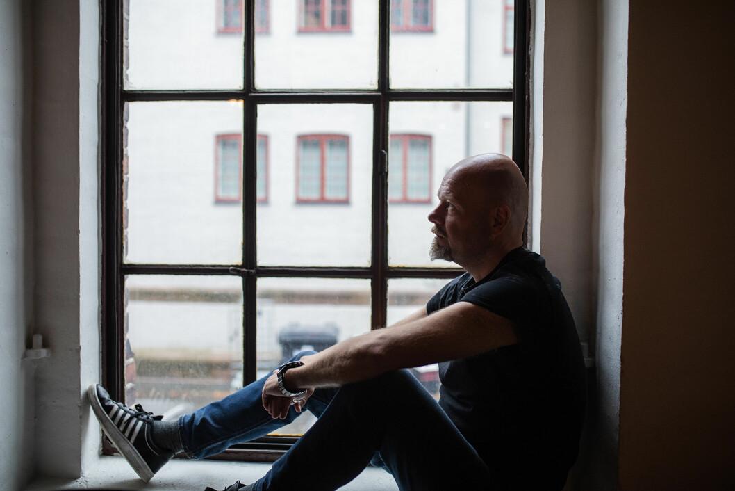 Forfatter Ørjan Nordhus Karlsson mener historiene fra Nord-Norge ikke har fått nok plass. I spenningsromanen Soldathjerte tar han utgangspunkt i sin egen morfar.