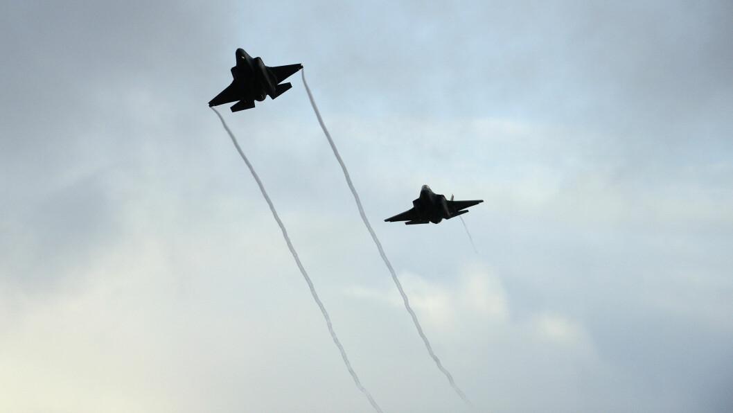 Dyre: Anskaffelsen og driften av F-35 er beregnet til å koste 268 milliarder kroner, ifølge regjeringen. Her er to F-35 over Ørland (Foto: Christian Nørstebø/Forsvarets forum).