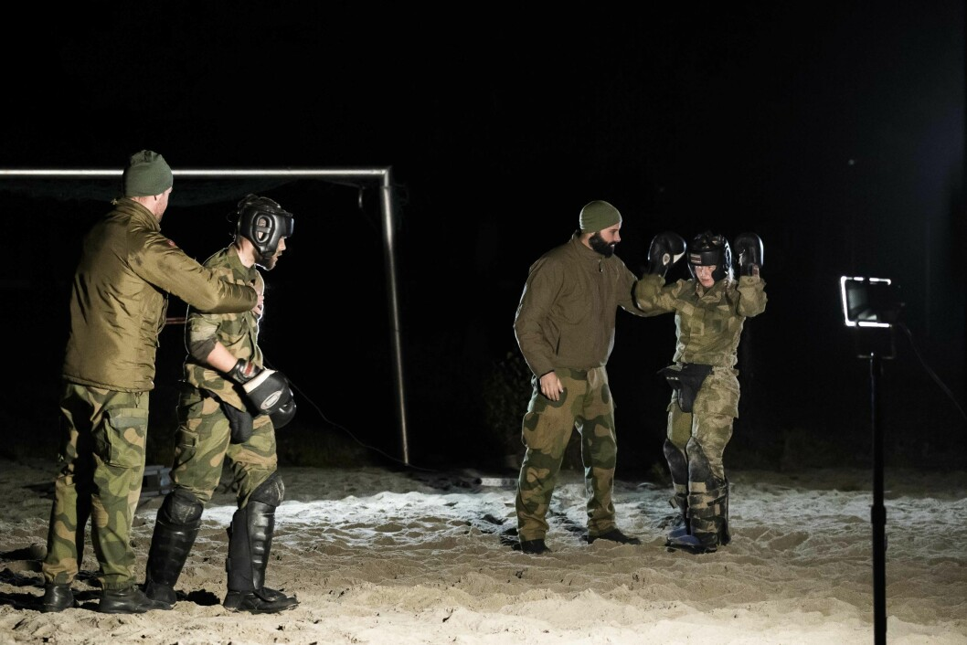 – Han skal du «drepe». 196 kadetter slåss på øvelse for å bli Forsvarets ledere, med boksehansker og tannbeskytter.