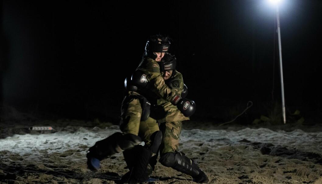 To kadetter trener på nærkamp under krigsskoleutdanningen.