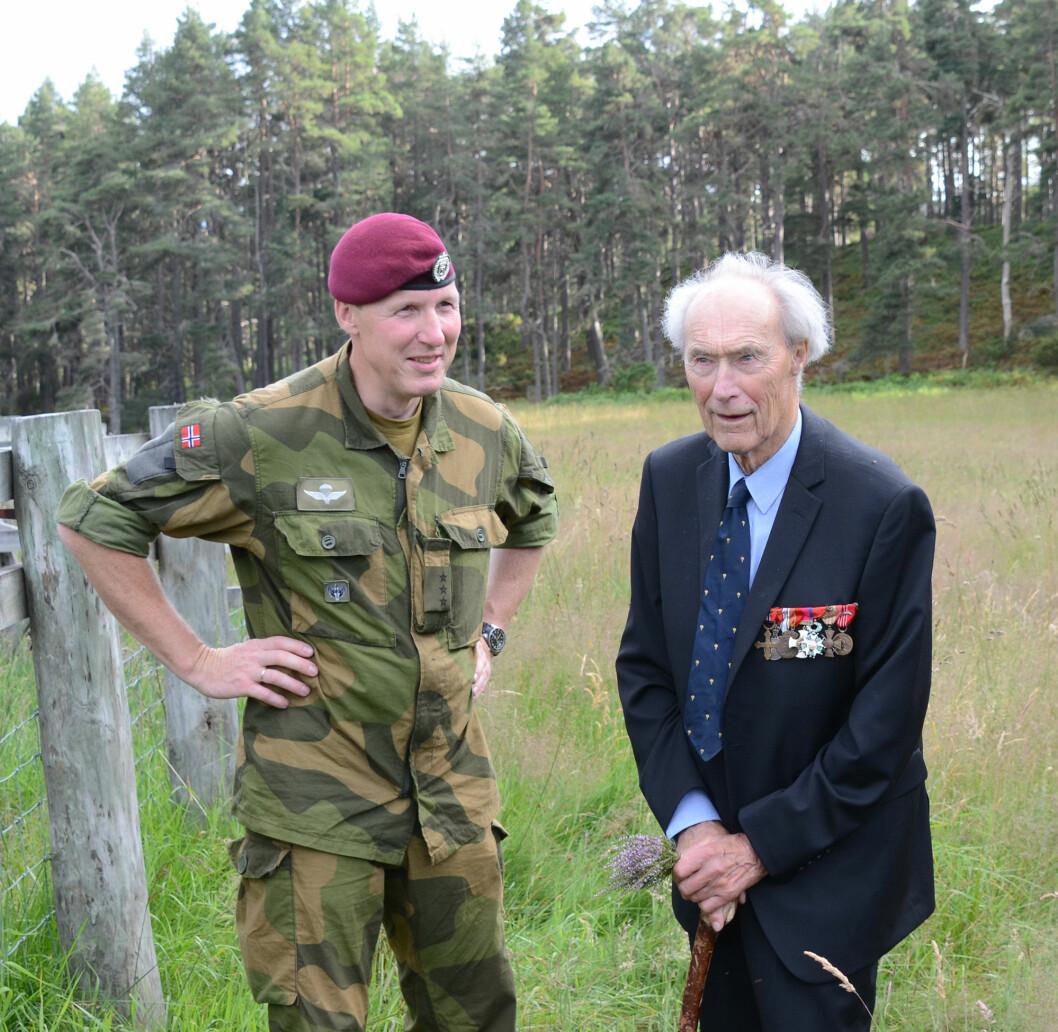 99 ÅR: Joachim Rønnberg ble 99 år. Her er han sammen med historiker i Forsvarets spesialstyrker, rittmester Tomas Adam. FOTO: ERLING EIKLI