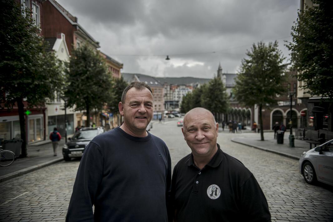Arild Lihaug (t.h.) er skuffet over at NAV Elverum er innstilt som en av kandidatene til å vinne Forsvarets veteranpris. Her står han sammen med Bjørn Dåvøy som han vant prisen med i 2018.