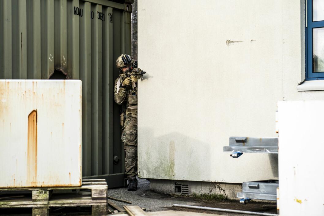 Øvelse: Tone Danielsen ved  Forsvarets forskningsinstitutt, har skrevet bok om Marinejegerkommandoen. Dette bildet er tatt under øvelse med MJK i 2017 (Foto: Olav Standal Tangen/Forsvarets forum).