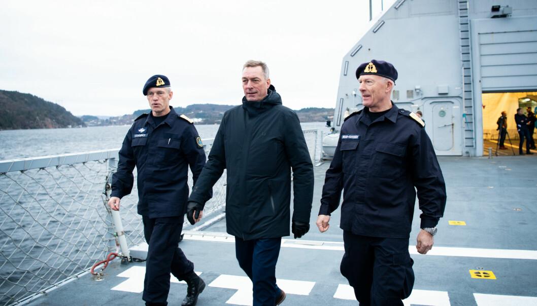 Sjef for Sjøforsvaret, Nils Andreas Stensønes, forsvarsminister Frank Bakke-Jensen og forsvarssjef Haakon Bruun-Hanssen om bord på KNM Thor Heyderdahl.