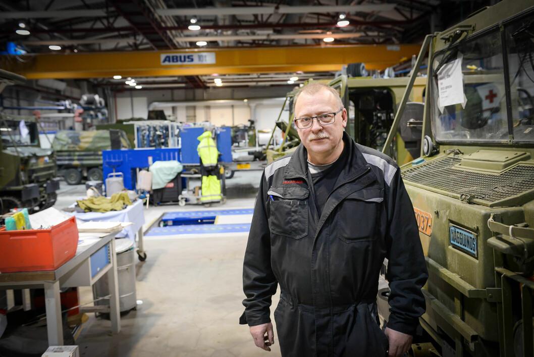 OPPGITT: Jan Mikal Karlsen er fungerende leder for verkstedklubben på Bardufoss. Han er oppgitt over planene om konkurranseutsette deler av vedlikeholdet i Forsvaret. Foto: Jonny Karlsen