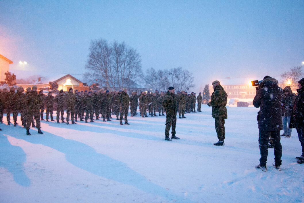 OPPSTILLING: For å markere at Hæren igjen er tilbake i Garnisonen i Porsanger var det torsdag blant annet oppstilling med de 150 første soldatene som er ankommet leiren. Foto: Forsvaret