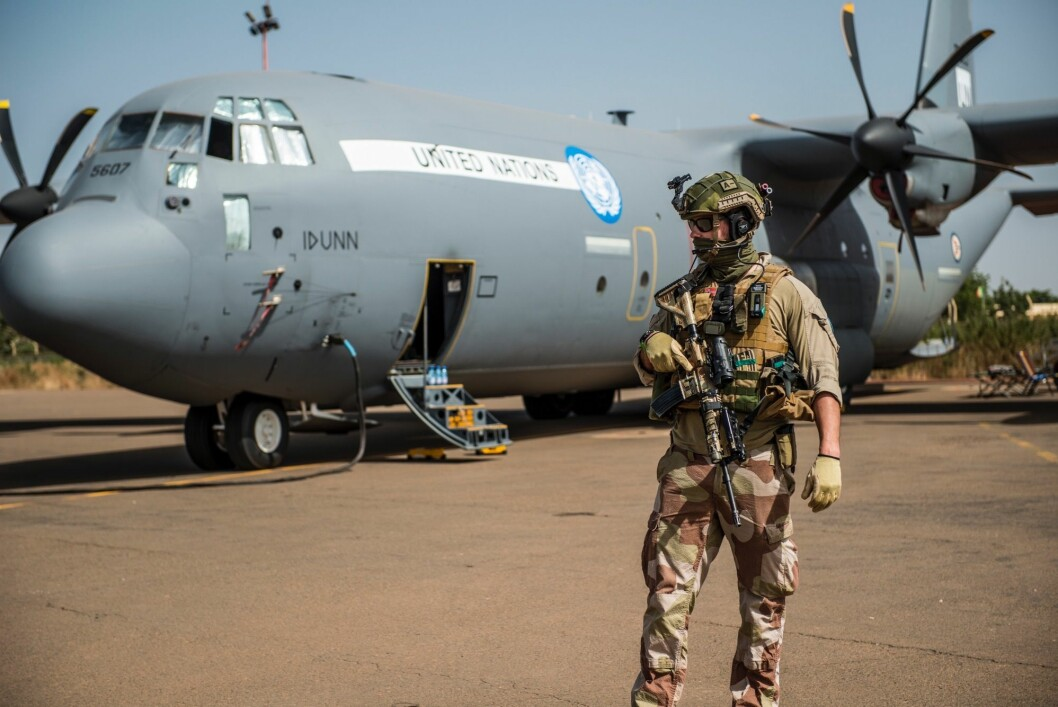 Det norske Hercules-flyet i Mali har fløyet fra granatangrep, krasjet med kjempeflaggermus og blitt truffet av lynnedslag.