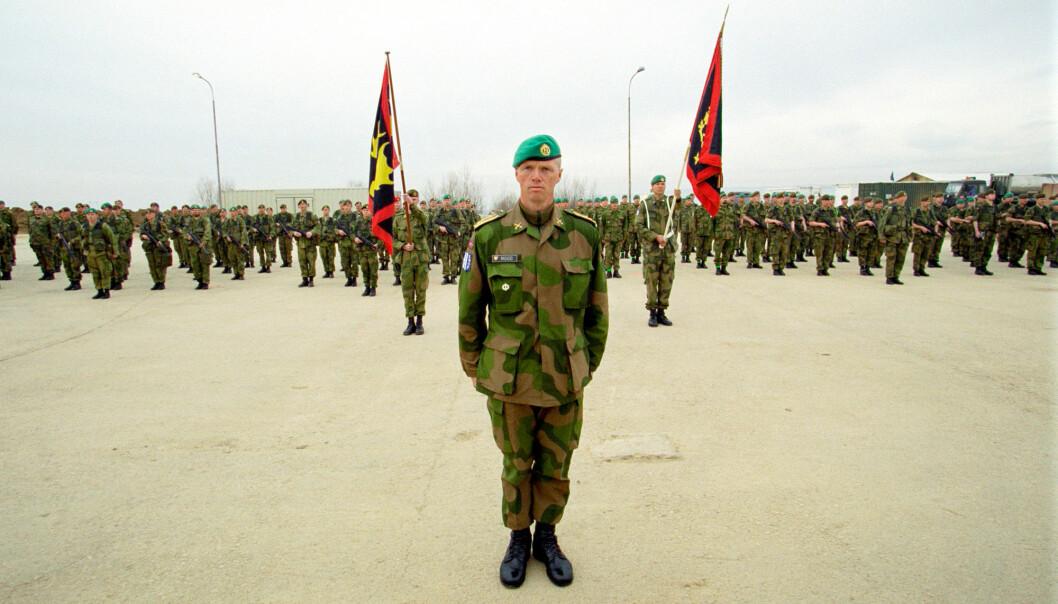 LEDER: Robert Mood har ledet mange norske soldater i konfliktområder, som her i Kosovo. Han deler av erfaringene i sin bok, skriver Shabana Rehman.