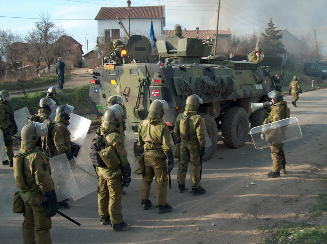 Norske soldater under opptøyene i landsbyen Caglavica i 2004.