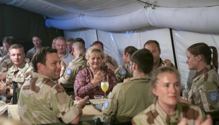 Statsminister Erna Solberg spiser middag med norske soldater som deltar i FNs fredsbevarende operasjon i Mali i Camp Bifrost.