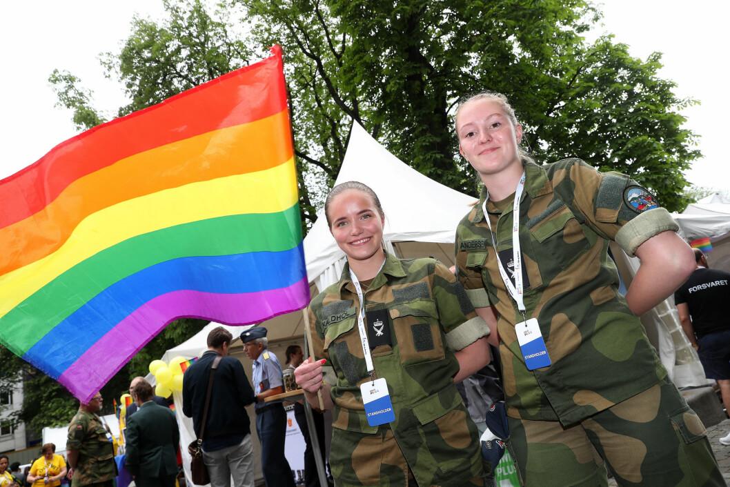 Siri Marie Kaldhol og May Andersen på Forsvarets stand under Oslo Pride 2019. Foto: Torbjørn Kjosvold/Forsvaret.