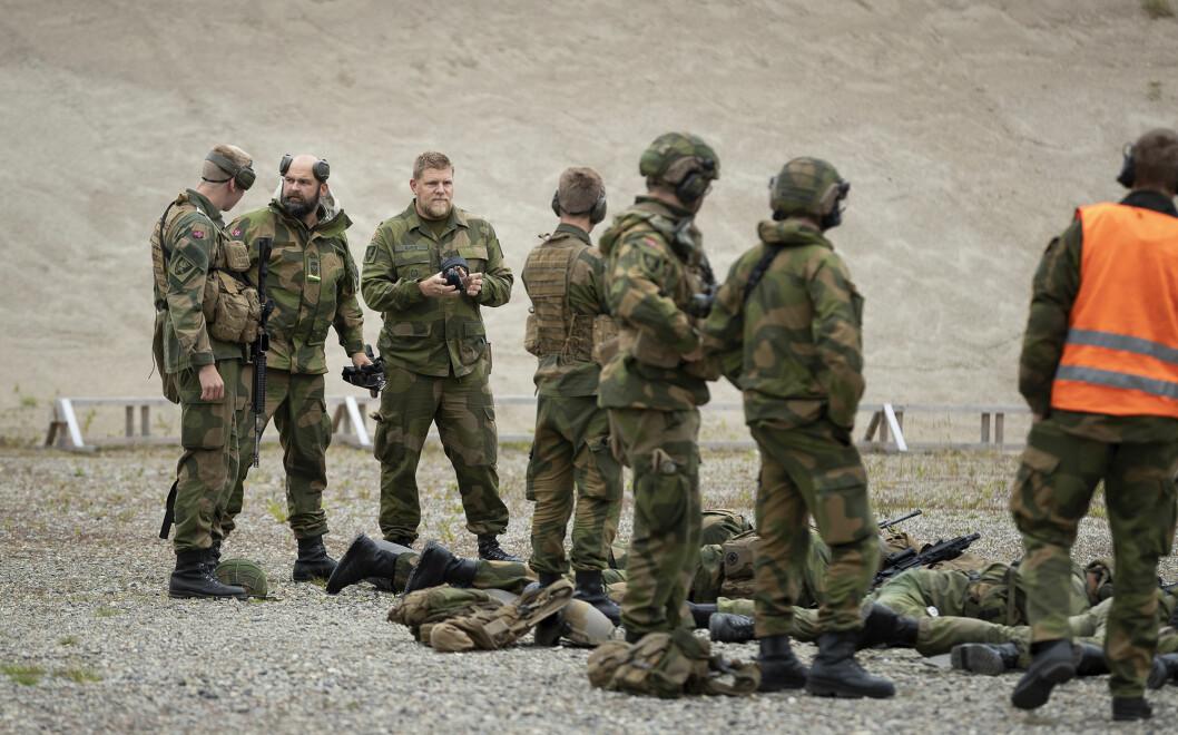 Major Helje Borud (nr. tre fra venstre) og hans mannskaper forberedte seg i forrige uke med blant annet skyting på kortholdsbane.