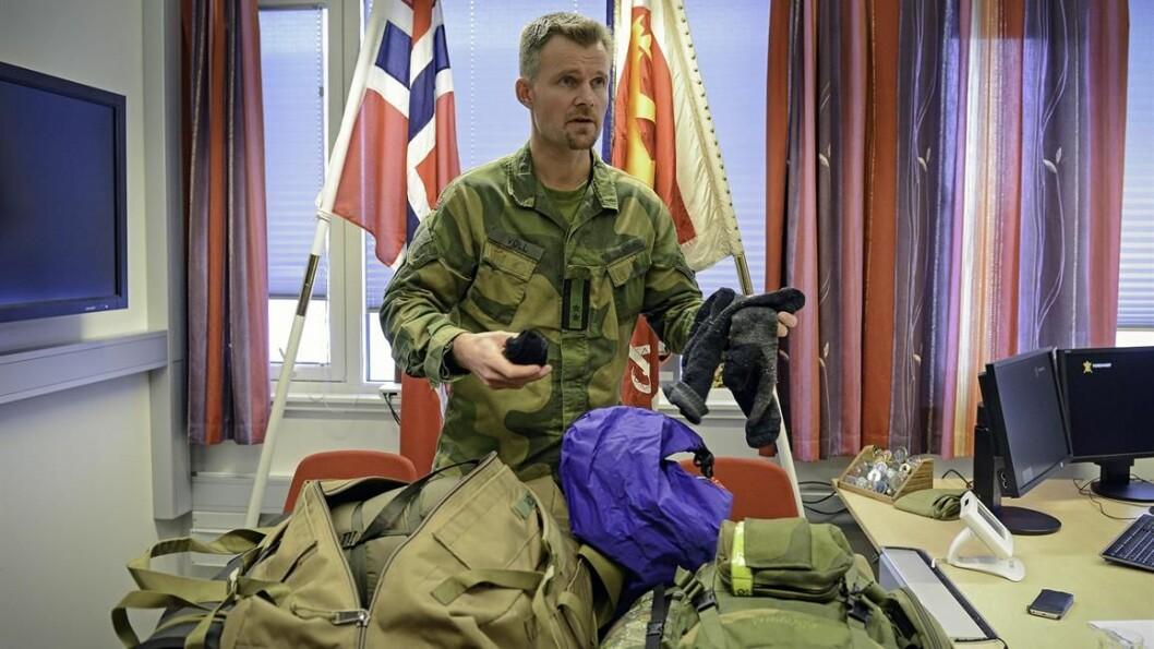 Oberstløytnant Anders Voll åpner pakningen han alltid har stående klar på kontoret dersom alarmen går. Nå mangler det grå ullsokker, de har soldatene hans på seg. Foto: Jonny Karlsen, Forsvarets forum